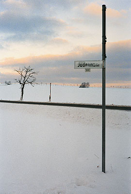 © Susan Hiller: Jüdenhain, Marienberg. Aus: Snow Scenes (The J. Street Project). Courtesy: Galerie Volker Diehl Berlin, Timothy Taylor Gallery London