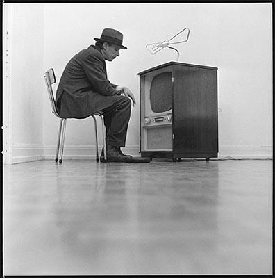 Lothar WollehJoseph Beuys Aktion Filz-TV, 196828x28 cm /31x31cm, 16 Silber Gelatine Prints auf Barytpapier