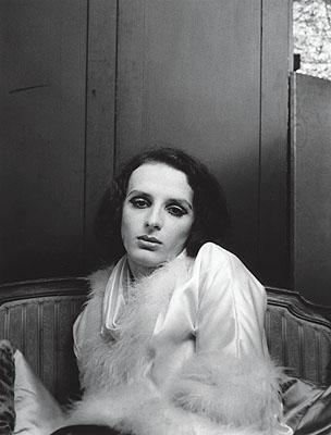 Urs Lüthi, Selbstporträt (mit Federboa), 1970, S/W-Fotografie © Urs Lüthi / Sammlung Verbund, Wien