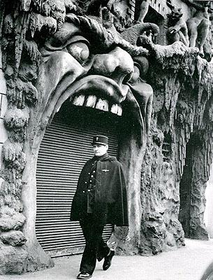 L'Enfer boîte de nuit, Place Pigalle, Paris 1952, Robert Doisneauvintage silver gelatin print© Atelier Robert Doisneau.courtesy Michael Hoppen Gallery