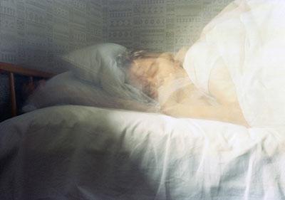 Karen Stuke, aus der Reihe sleeping sister, Brackwede, inkjet-print auf photo rag, 2003
