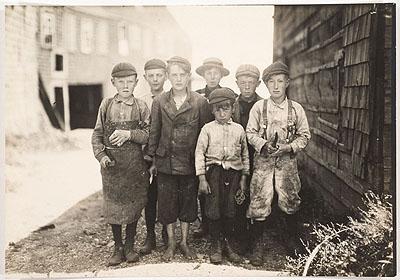 Lewis Hine Ohne Titel (Kinder, Blechschneider) aus der Serie Kinderarbeit 1911 Silbergelatine auf Barytpapier 11,7 x 16,6 cm (Darstellung) Sammlung Ann und Jürgen Wilde