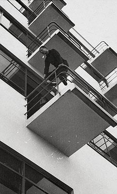 László Moholy-NagyBauhausbalkone in Dessau. 1927Vintage, Gelatinesilberabzug. 8 x 4,9 cm Schätzpreis 3.000,- EUR Auktion 941 - Photographie