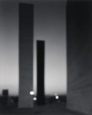 Hiroshi SugimotoSatellite City Towers. 2002Gelatinesilberabzug. 58,5 x 47 cmSchätzpreis 18.000 - 22.000,- EURAuktion 942 - Zeitgenössische Kunst