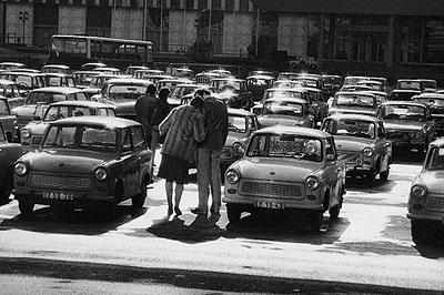 © Harald Hauswald/OSTKREUZTitel: Marx-Engels-Platz (heute Schlossplatz) vor dem Außenministerium der DDR, BerlinSerie: AlltagJahr: 1984Fotograf: Harald HauswaldMaße: 30 x 40 cmMaterialien: Silbergelatineprint