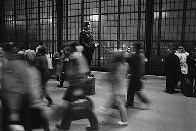 © Maurice Weiss/OSTKREUZTitel: Bahnhof Friedrichstraße, Grenzübergang, Berlin-Mitte, Dezember 1989, DDRSerie: UmbrücheJahr: 1989Fotograf: Maurice WeissMaße: 30 x 40 cmMaterialien: Silbergelatineprint