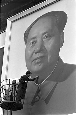 Max Scheler: Der Parteivorsitzende Mao Zedong wird retuschiert, Bejing 1967. CHINA (PEOPLE REPUBLIC OF), Bejing 1967, Touching-up Mao. © Max Scheler Estate, Hamburg Germany