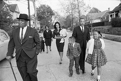 Max Scheler: Die Familie King beim sonntäglichen Spaziergang, Atlanta, 1964. USA, 1964, Atlanta, Martin Luther KING and his family on a sunday afternoon walk © Max Scheler Estate, Hamburg, Germany