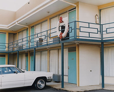 Joel SternfeldThe National Civil Rights Museum, formerly the Lorraine Motel, 450 Mulberry Street, Memphis, Tennessee, August 1993aus der Serie: On This Site / TatorteC-Print, AP 3/3, Ed. 745,7 x 59 cm courtesy of the artist, Buchmann Galerie, Berlin and Luhring Augustine, New York