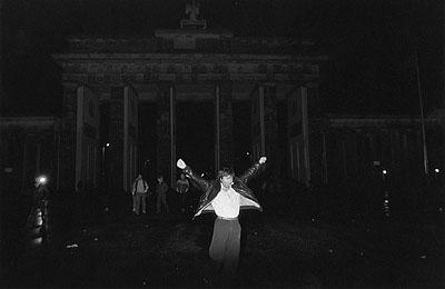 Werner MahlerBrandenburger TorBerlin, 10. November 1989 (4 Uhr nachts)© Werner Mahler / Agentur OSTKREUZ