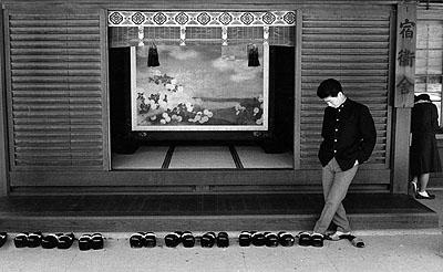 Schuhe-Wechseln vor dem Tempel, Tokyo 1961