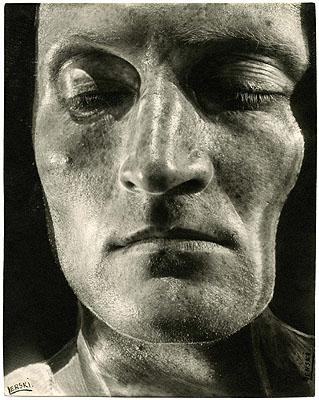 Helmar Lerskio.T., aus der Serie: Verwandlungen durch Licht, 1935/36Bromsilbergelatine28,9 x 22,8 cmFotografische Sammlung Museum Folkwang Essen, Inv.Nr.: L525/79 © Nachlass Museum Folkwang