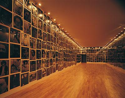 Christian BoltanskiMenschlich, 1994ca. / approx. 1000 Schwarzweißfotografien / b&w photographs, 50 x 70 cm / 70 x 50 cm, Gesamtmaß variabel / overall dimensions variableSammlung / Collection Kunstmuseum Wolfsburg© VG Bild-Kunst, Bonn, 2009
