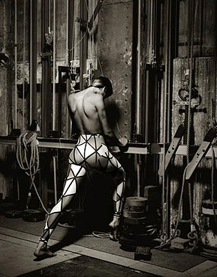 © Albert Watson « Gabrielle Reece in Vivienne Westwood », Paris 1989, Archival pigment ink print, 24 x 30 inches, Edition 25