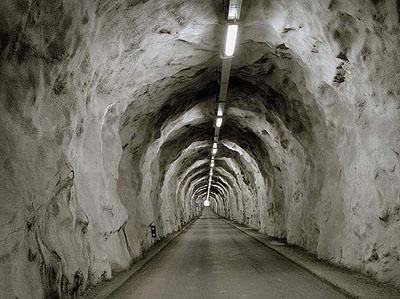 Olaf Unverzart, o.T./tunnel loutier, aus der serie strata, 2009, digitaler C-Print, 125 x 168 cm, Auflage 5 +1, Courtesy Oechsner Galerie Nürnberg