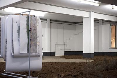 Iris Hutegger, momentan windstill, 2009, Raumarbeit mit Erde, diversen Materialien, Fotografien, 14,5 x 17,5 m. Foto: © Hutegger