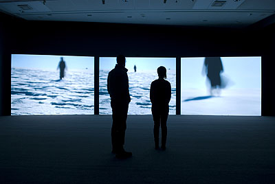 Isaac JulienTrue North, 20043-Kanal-VideoinstallationFarbe, Ton,, 14:20 Min.Installationsansicht Julia Stoschek Collection, Düsseldorf, Foto: Achim Kukulies, DüsseldorfCourtesy of the artist and Victoria Miro Gallery, London