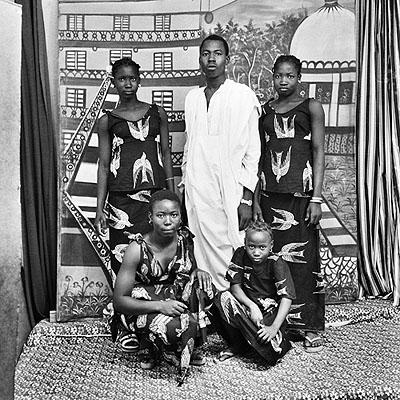 n: 56: Devant mon faux bâtiment, Studio Malick, Bamako, 1977