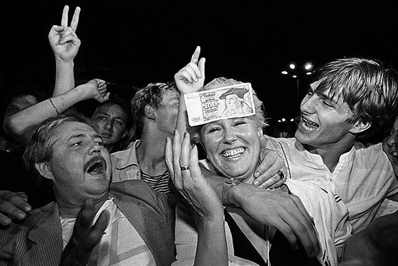 Währungsunion. Das erste Westgeld wird in der Nacht zum 1. Juli herausgegeben. Berlin Alexanderplatz 1. Juli 1990 Foto: © Ann-Christine Jansson