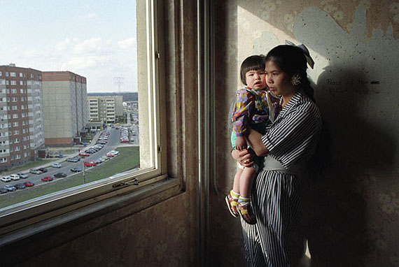 Vietnamese woman with her child in the former East Berlin suburb Marzahn, Berlin 1993 Foto: © Ann-Christine Jansson