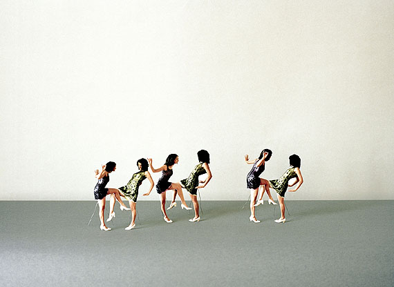 Anja Manfredi (*1978)Re-Enacting Grete Wiesenthal, Plateau 1(performed by Linda Samaraweerová)2008Chromogenic Print auf Dibond, gerahmt40 x 50 cmStartpreis: 800 EuroSchätzpreis: 1.500–1.700 Euro