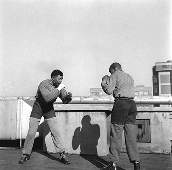 Bob Gosani, Hochverratprozess Ende der ersten Runde, Nelson Mandela boxt auf dem Dach eines Zeitungsgebäudes in Johannesburg. 1957Courtesy Bailey Seippel Gallery Johannesburg, © BAHA