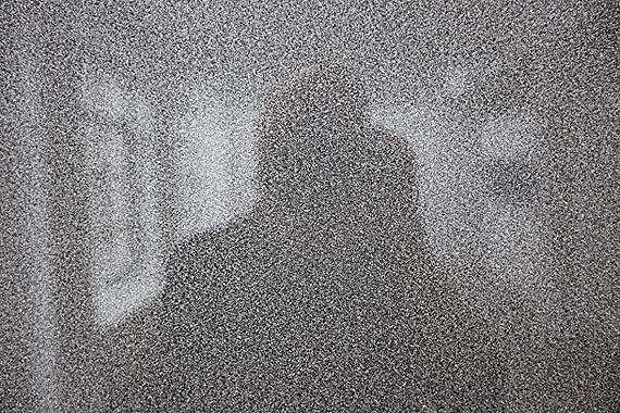Installationsansicht Trutwin : 'Pulizer Price 1994 (add noise)', 230x160cm (Ausschnitt/close up)  Reflexion  des Betrachters in der Glasarbeit, 2010