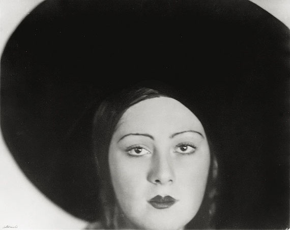 Lotte JacobiHEAD OF A DANCER, BERLIN (DIE TÄNZERIN NIURA NORSKAYA). 1929Silbergelatineabzug, 1970er Jahre. 40,6x50,8 cm (16x20 in.). Unten links mit Bleistift signiert.