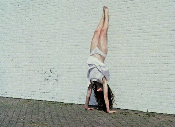 Marijke van Warmerdam, Film still uit / from: Handstand, 1992 16 mm filmloop Courtesy Marijke van Warmerdam and Galerie van Gelder, Amsterdam