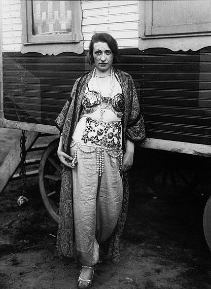 August Sander, Zirkusartistin, 1926–1932©Die Photographische Sammlung/SK Stiftung Kultur – August Sander Archiv, Köln; VG Bildkunst, Bonn 2010