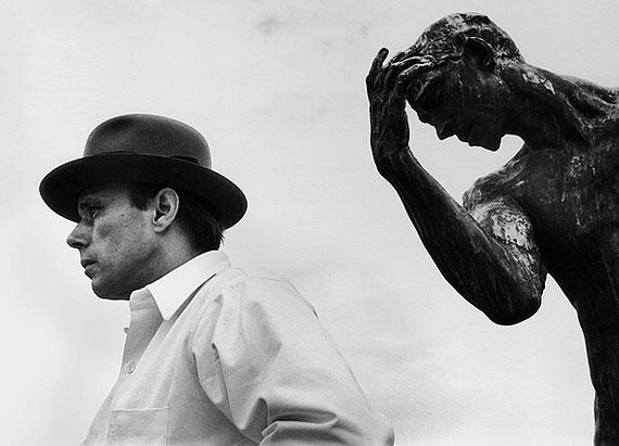 Angelika Platen, Joseph Beuys vor Pierre de Wiessant von Auguste Rodin, 1968
