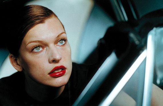 Milla Jovovich, Downtown, Los Angeles, USA, 2000© Peter Lindbergh