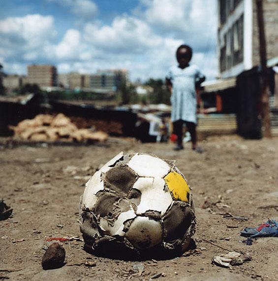 Christine Fenzl: Ball, Mathare (aus der Serie Looking forward –Streetfootball), 2006, C-Print, Ed. 1/6