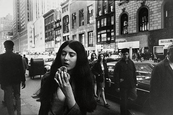 Garry Winogrand: WOMEN ARE BEAUTIFUL1975 © Garry Winogrand courtesy CAMERA WORK, Berlin