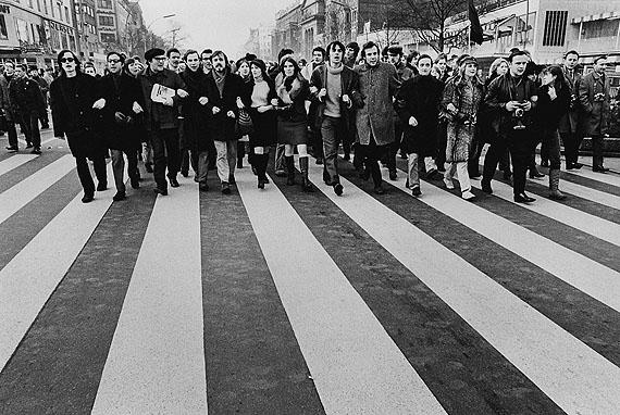 © Michael Ruetz, Demonstration auf dem Kurfürstendamm gegen die griechische Militätjunta, 3. Februar 1968