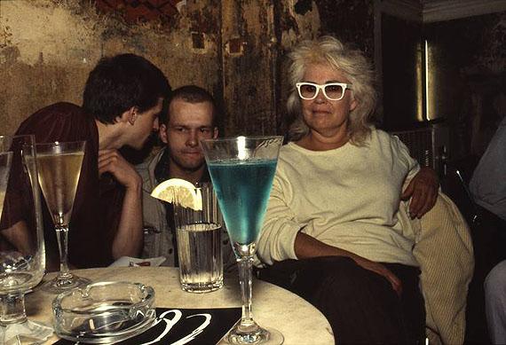 Nan Goldin: Bea with the blue drink, O-Bar, West-Berlin1984 © Nan Goldin / Courtesy Matthew Marks Gallery, New YorkBerlinische Galerie