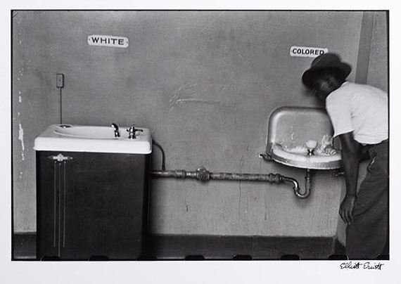 Elliott Erwitt (* 1928)North CarolinaGelatin silver print, printed later20,2 x 30,5 cm (8.0 x 12.0 in)1950Signed by the photographer in ink in the marginEUR 1,800-2,200 (Schätzwert)EUR 1.000 (Startpreis)