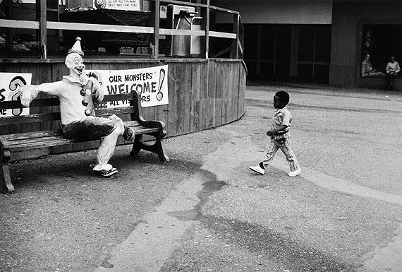 © Roger Ballen: Clown, USA, 1969aus der Serie: Civil RightsGelatineentwicklungspapier, 15 x 23 cm