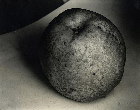 "Lot 1415  Edward J. Steichen (1879 Luxembourg - 1973 West Redding (Connecticut)""An Apple, a Boulder, a Mountain"". Frankreich, um 1921. Vintage. Gelatinesilberabzug. Passepartout. 19,6 x 24,3cm (20,2 x 25,3cm). Schätzpreis: $ 20.850 - 27.800 / € 15.000 - 20.000"