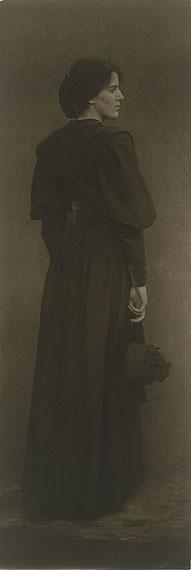 James Craig Annan: Lady in Brown, 1895 oder 1898, brauner Pigmentdruck, Kupferstich-Kabinett, Staatliche Kunstsammlungen Dresden, Foto: Herbert Boswank