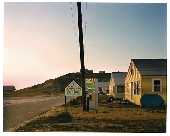 Joel Meyerowitz Untitled (Roseville Cottages) 1975—1976 56th Street & 3rd Avenue, New York, Street with pole, shadows Farbfotografie / color photograph 19,4 x 24,4 cm Albertina, Wien © Joel Meyerowitz; Foto / photo: Albertina, Wien