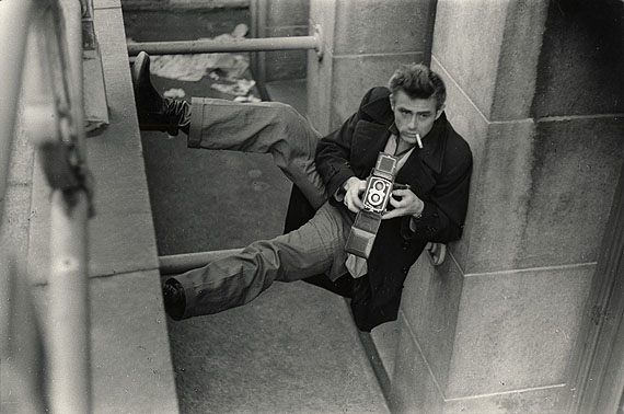 © Roy Schatt / Courtesy Camera Work, Berlin James Dean, shooting Roy and Marty Landau from below New York City, 1954