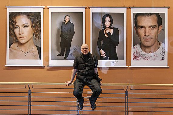 Gerhard Kassner vor seinen Portraits, Berlinale Palast, 2007, Foto: Dirk Michael Deckbar
