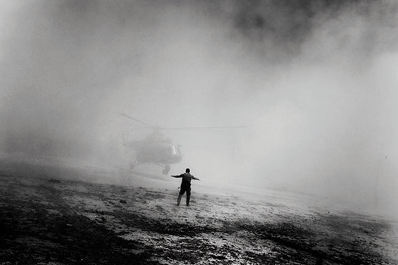 A helicopter used by Afghan interdiction troops to move from Kabul to team up with DEA agents to assault on compounds in a village hiding chemicals and drugs. Afghanistan, 2006 © Paolo Pellegrin/Magnum Photos/Contrasto
