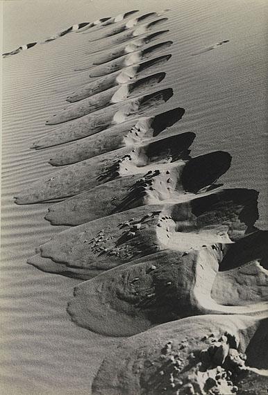 Alfred EhrhardtKurische Nehrung, Fußstapfen am Steilhang einer Düne   1936 Silbergelatineabzug 49 × 33,2 cm Bildmaß   49,7 × 34,7 cm Blattmaß Stiftung Ann und Jürgen Wilde © VG Bild-Kunst, Bonn 2011