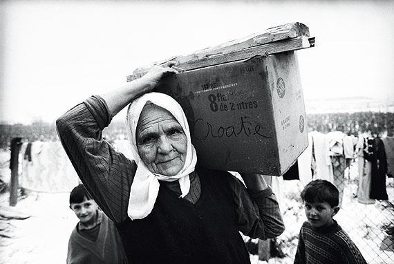 Daniel BiskupFrau mit Brennholz im kroatischen FlüchtlingslagerResnik, Januar 1993