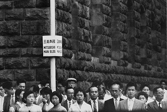Shigeichi Nagano, employés de bureau à 17 heures. Marunouchi, Tokyo, 1959. Courtesy Studio Equis
