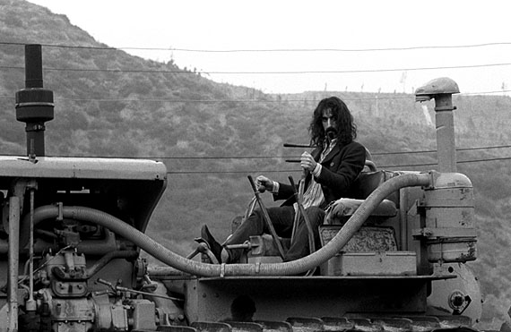 Frank Zappa on Tractor, Behind his Laurel Canyon home, Los Angeles, CA, 1968. 40,5x51 cm © Baron Wolman