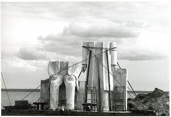 Sibylle Bergemann: Marx-Engels-Denkmal (für Berlin-Mitte) vor der Werkstatt des Bildhauers Ludwig Engelhardt,Gummlin, Usedom, Mai 1985