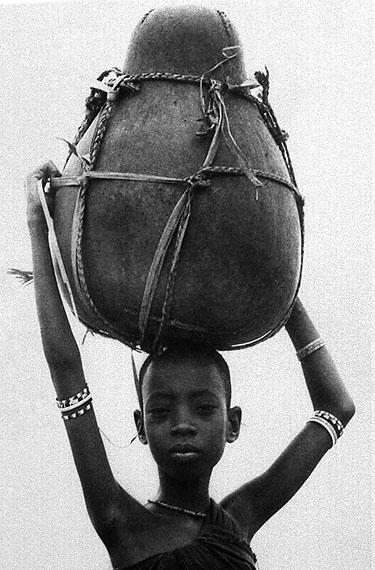 Orma Girl With Kibuyu On Head, 1967/68, MR428, Platinum Print, Edition 1/8, 91,5 x 117 cm, © Mirella Ricciardi, Courtesy Bernheimer Fine Art Photography